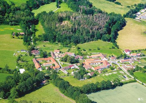 Letecký pohled na obec Krašovice